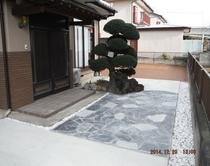 天然石アプローチ & 駐車場 & カーテンゲート